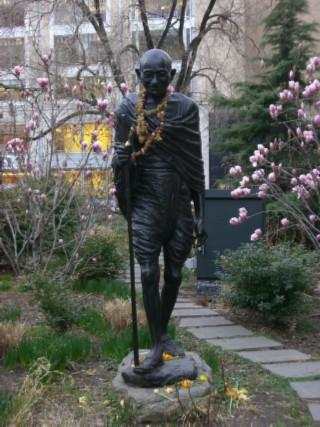 Gandhi statue 02